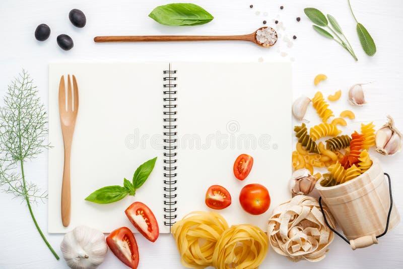 Nourritures italiennes concept et conception de menu Divers maca de coude de pâtes photographie stock
