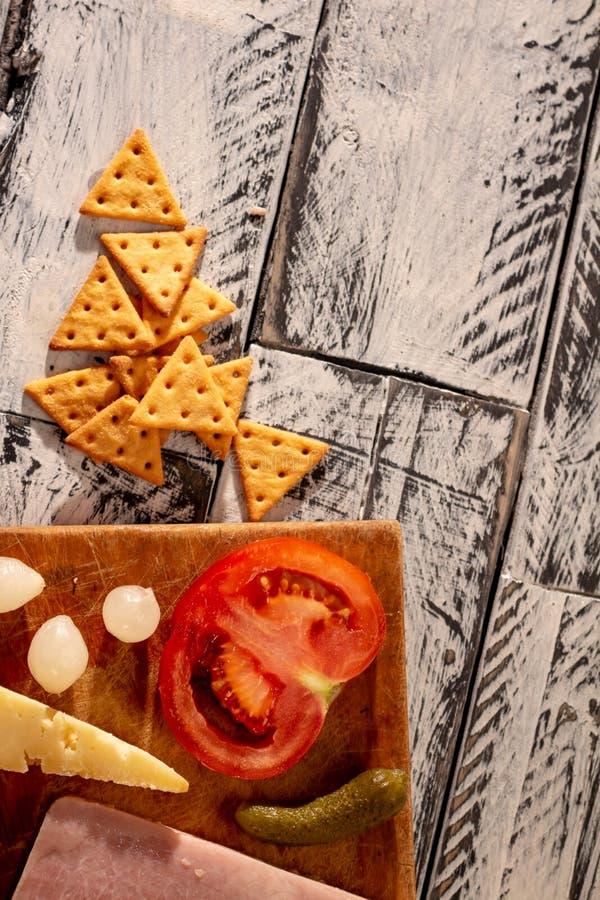 Nourritures salées sur une table rustique blanche et noire photographie stock