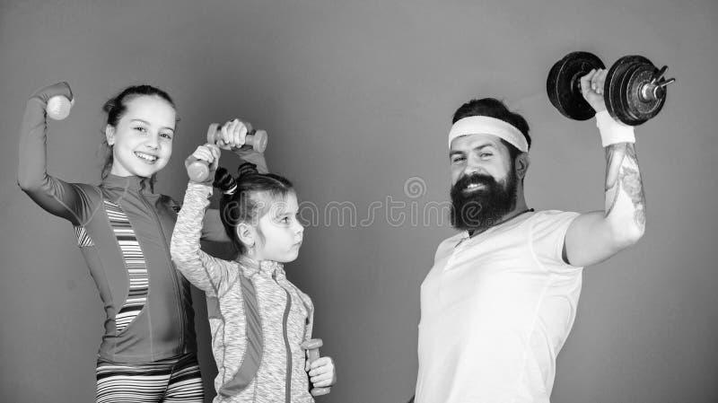 Nous exerçons chaque jour Père et filles dans la classe de gymnase Formation heureuse de famille dans la classe de gymnase Père e photo libre de droits