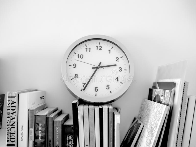 Nous lisons toujours des livres jusqu'à ce que nous oubliions d'observer le temps photos libres de droits