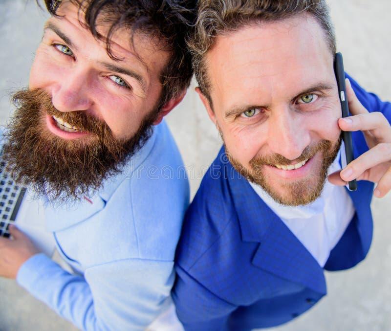 Nous résoudrons vos problèmes Visages de sourire de gens d'affaires ou d'avocats Les hommes d'équipe d'associés reculent pour sou photo libre de droits