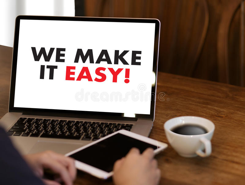 NOUS RENDONS LE SERVICE INFORMATIQUE FACILE ! Mains d'équipe d'affaires au travail avec le repo financier images stock