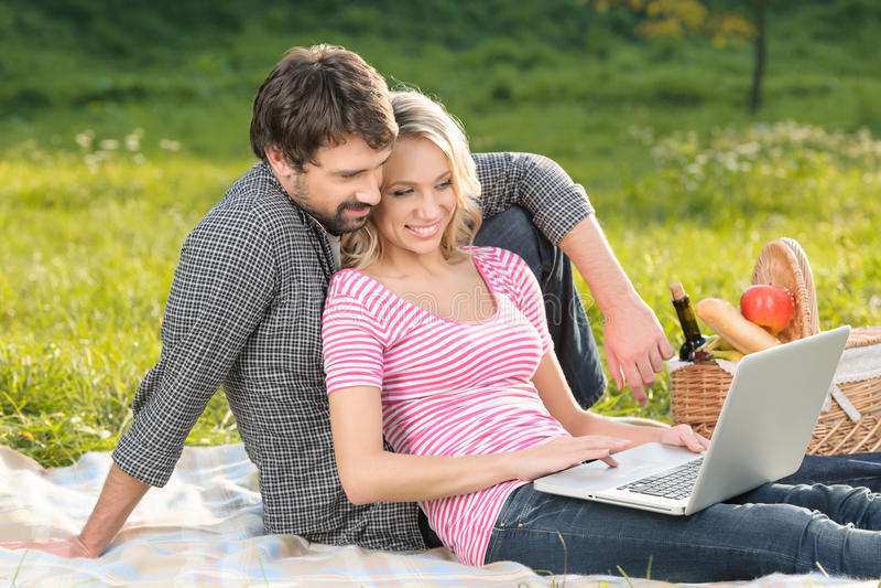 Nous sommes toujours dedans contact. Jeunes couples affectueux prenant le photograp image libre de droits