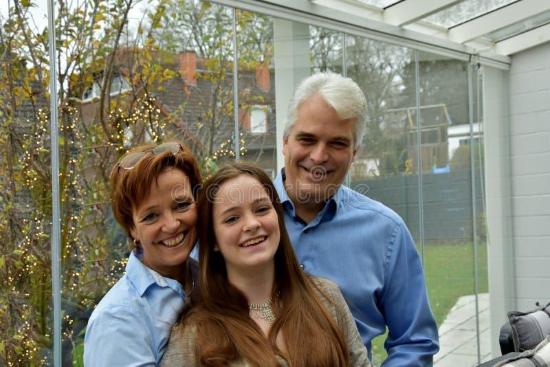 Nous sommes une famille heureuse, une mère père et une fille adolescente photos libres de droits