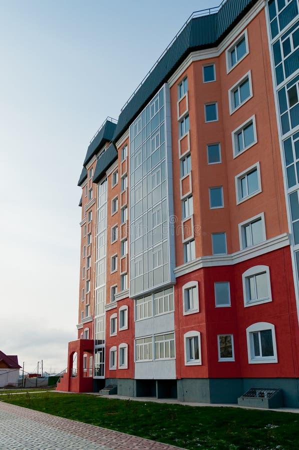 Nouveau bâtiment à plusiers étages coloré image libre de droits