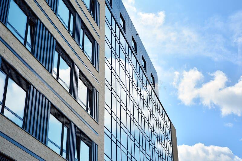 Nouveau bâtiment au centre de la ville Verre comme façade de l'immeuble de bureaux moderne photos stock