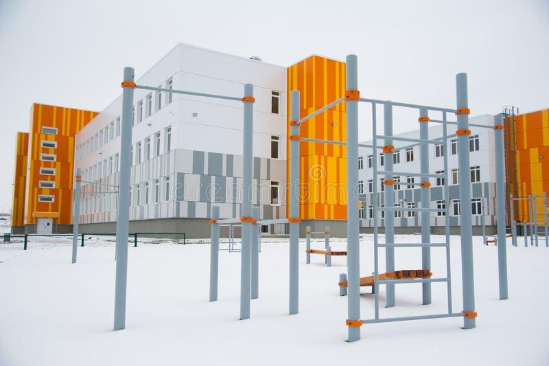 Nouveau bâtiment scolaire moderne photos libres de droits