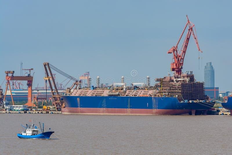 Nouveau bateau-citerne géant de gaz de bâtiment sur le chantier naval images libres de droits