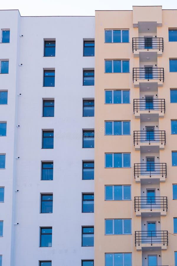 Nouveau bloc d'appartements Nouvel immeuble prêt à être vendu images libres de droits