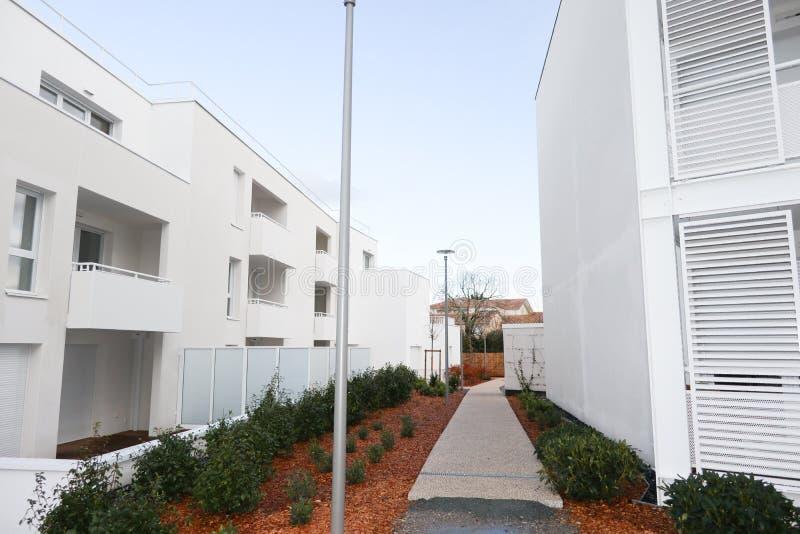 Nouveau bloc multifamilial avec des balcons et le blanc lumineux de façade image libre de droits