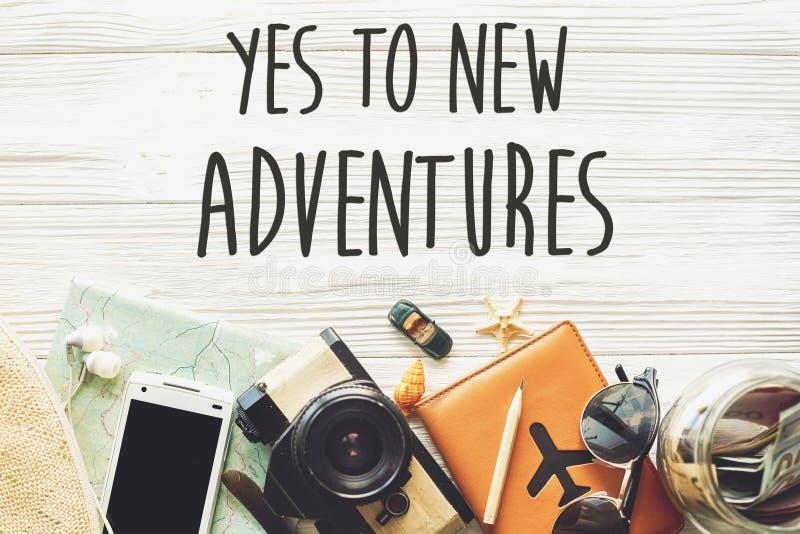 Nouveau concept de signe des textes d'aventure Dites oui à de nouvelles aventures Temps photo libre de droits