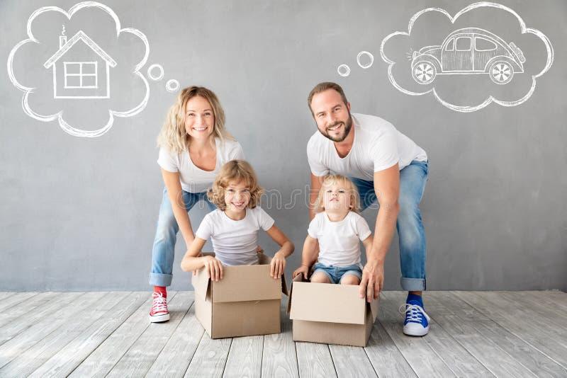 Nouveau concept mobile à la maison de Chambre de jour de famille photographie stock libre de droits
