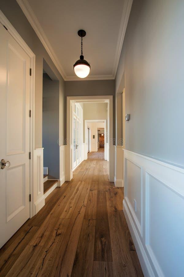 Nouveau Couloir à La Maison Moderne Image stock - Image du ...