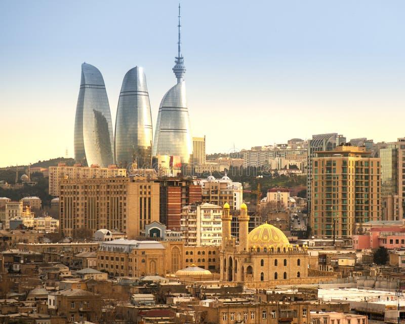Nouveau et vieux en Baku City avec la mosquée photos stock
