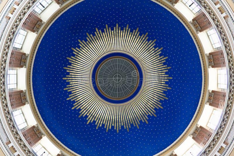nouveau för cupola för konstbluekyrka arkivbilder
