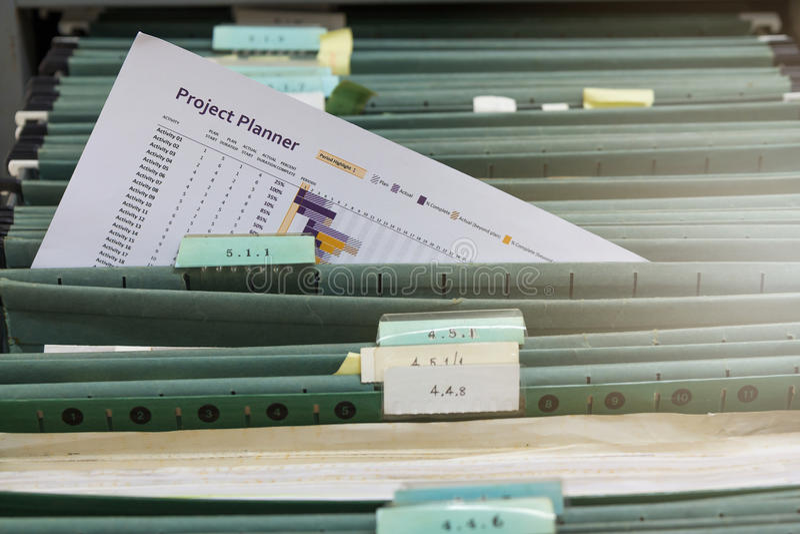 Nouveau fichier d'édition dans le meuble d'archivage images stock