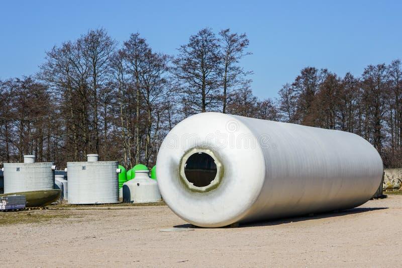Nouveau grand conteneur rond de fibre de verre dans le secteur de production d'usine images libres de droits