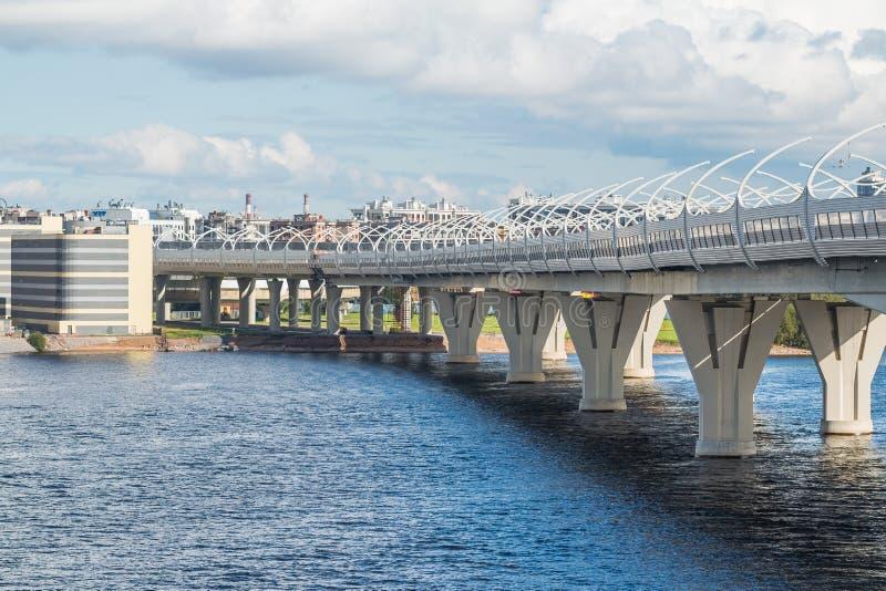 Nouveau grand pont au-dessus de la pleine rivière principale de l'eau contre le ciel nuageux Vue urbaine du fond du pont au-dessu images stock