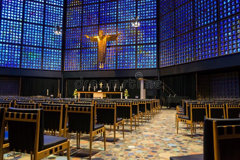 Nouveau Kaiser Wilhelm Memorial Church intérieur avec le crucifix et les marqueteries en verre souillées, Berlin images stock