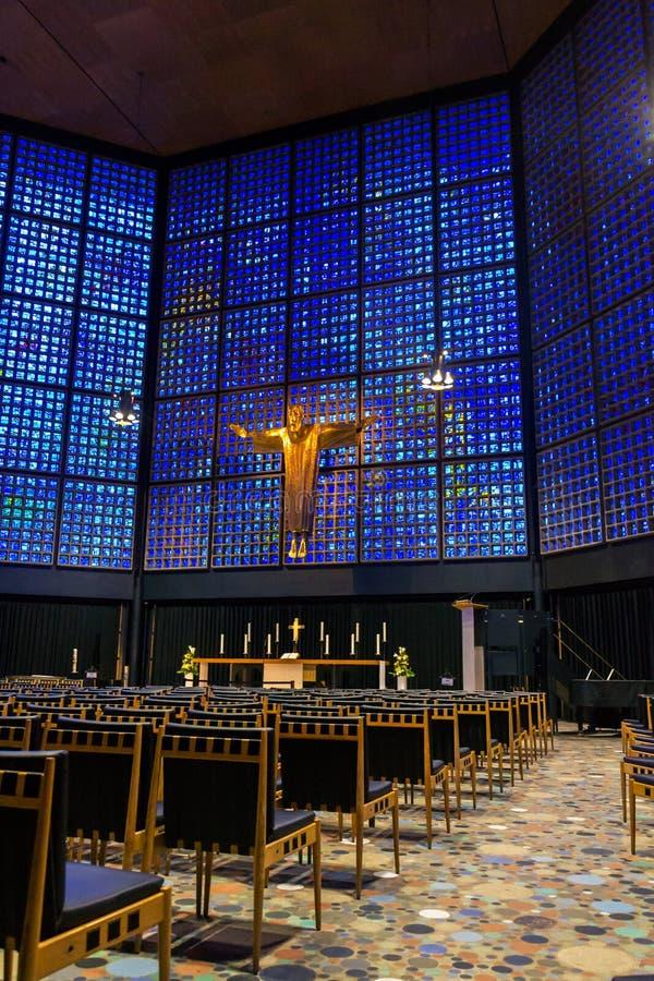 Nouveau Kaiser Wilhelm Memorial Church intérieur avec le crucifix et les marqueteries en verre souillées, Berlin photographie stock libre de droits