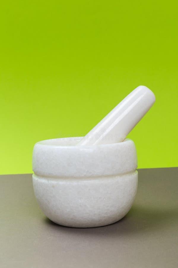 Nouveau mortier de porcelaine blanche sur une table grise photographie stock libre de droits