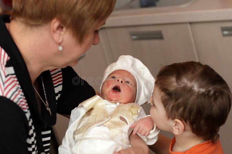 Nouveau-né avec une bouche ouverte photographie stock