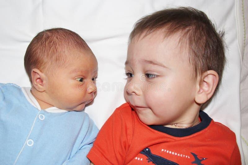 Nouveau-né et son frère photo stock
