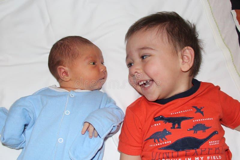Nouveau-né et son frère image stock