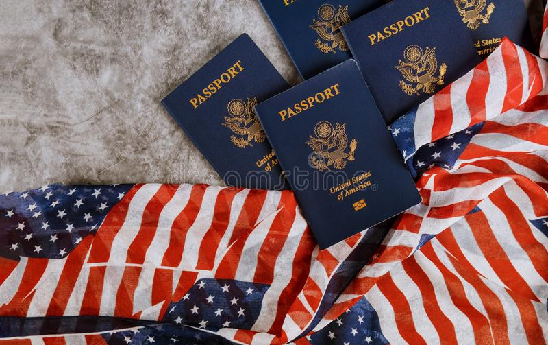 Nouveau passeport bleu des Etats-Unis d'Amérique sur le fond de drapeau des USA image stock