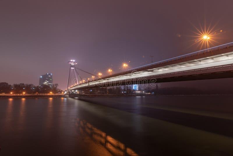 Nouveau pont du pont SNP à Bratislava, Slovaquie dame détaille l'illustration de Paris de notre de nuit de façade photos libres de droits