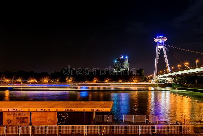 Nouveau pont la plupart des SNP à Bratislava la nuit Pont du soulèvement national slovaque ou de l'UFO photographie stock libre de droits