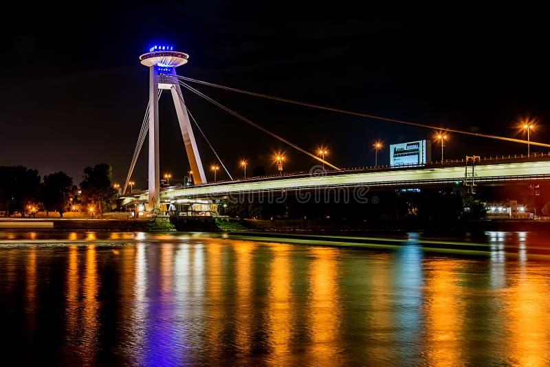 Nouveau pont la plupart des SNP à Bratislava la nuit Pont du soulèvement national slovaque ou de l'UFO photo stock