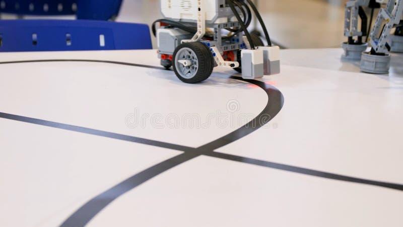 Nouveau projet de robot Entraînement au-dessus de la bande noire Sang-froid avec le détecteur de chemin Robot de véhicule électri photographie stock