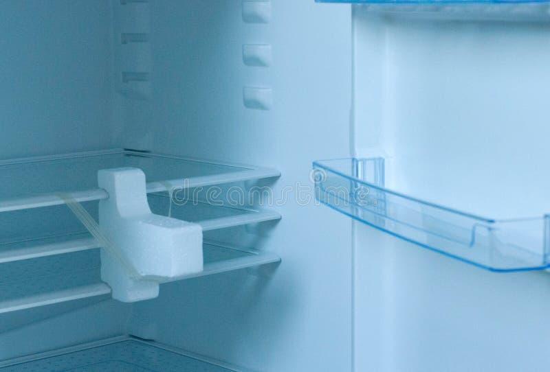 Nouveau refrigirator vide avec la porte ouverte image stock