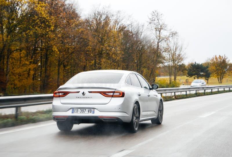 Nouveau Renault Talisman sur l'autoroute allemande photo stock