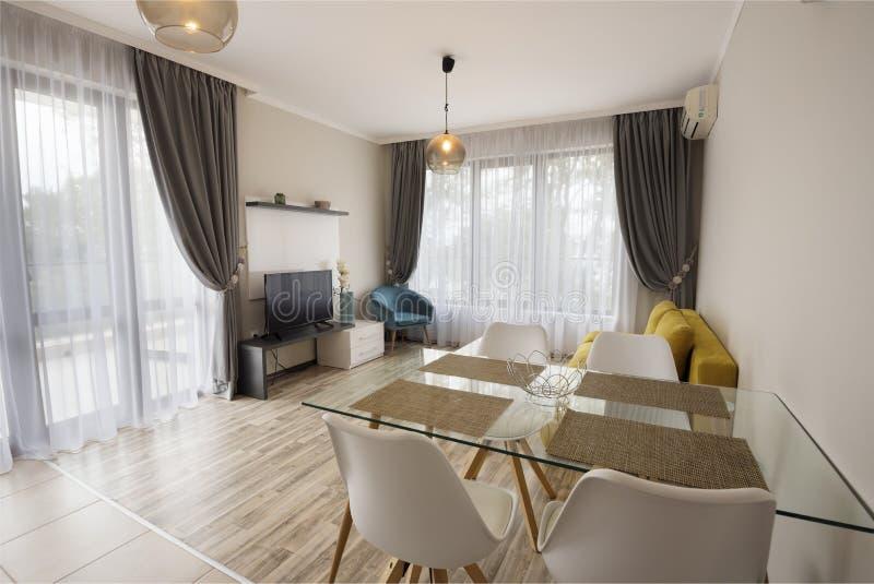 Nouveau salon moderne avec la salle à manger Maison neuve Photographie intérieure Étage en bois photographie stock libre de droits