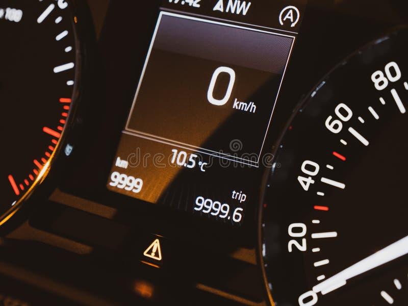 Nouveau tableau de bord moderne stationnaire zéro de tachymètre de voiture images stock