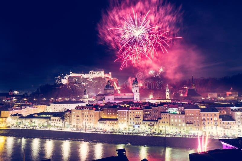 Nouveau Year's Ève : Feu d'artifice magique au-dessus de la vieille ville de Salzbourg images stock