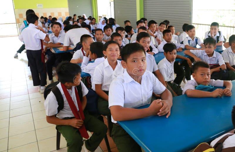Nouveaux étudiants attendant l'enregistrement leur semaine d'orientation photo stock