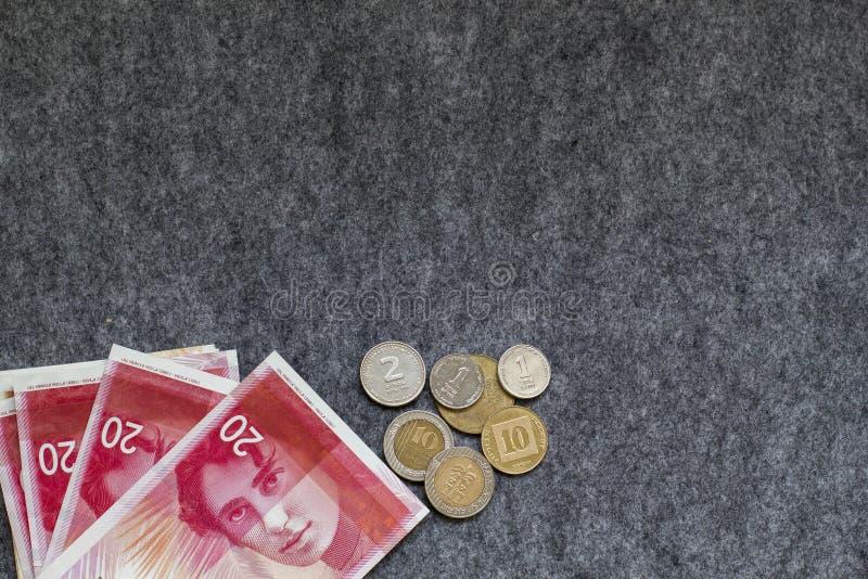 Nouveaux billets de banque et pièces de monnaie israéliens de shekel sur le fond gris Copiez s photo libre de droits
