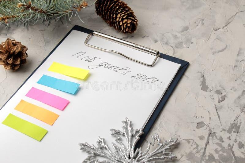 Nouveaux buts 2019 Texte sur le papier avec des flocons de neige, des autocollants de couleur et des branches d'arbre de Noël sur images stock