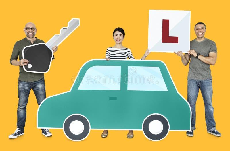 Nouveaux conducteurs heureux avec une voiture images stock