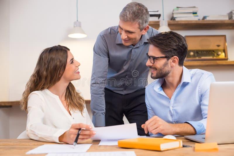 Nouveaux employés de soutien images stock