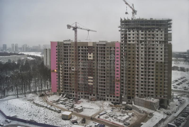 Nouveaux hauts bâtiments construits modernes de ville au-dessus d'un ciel gris nuageux d'hiver photo libre de droits