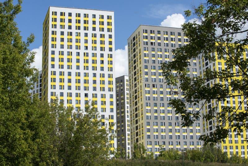 nouveaux immeubles à plusiers étages de couleurs lumineuses photos libres de droits