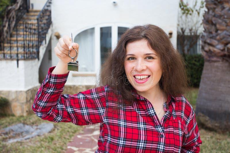 Nouveaux maison, maison, propriété et locataire - jeune femme drôle jugeant principale devant sa nouvelle maison après l'achat de photos libres de droits