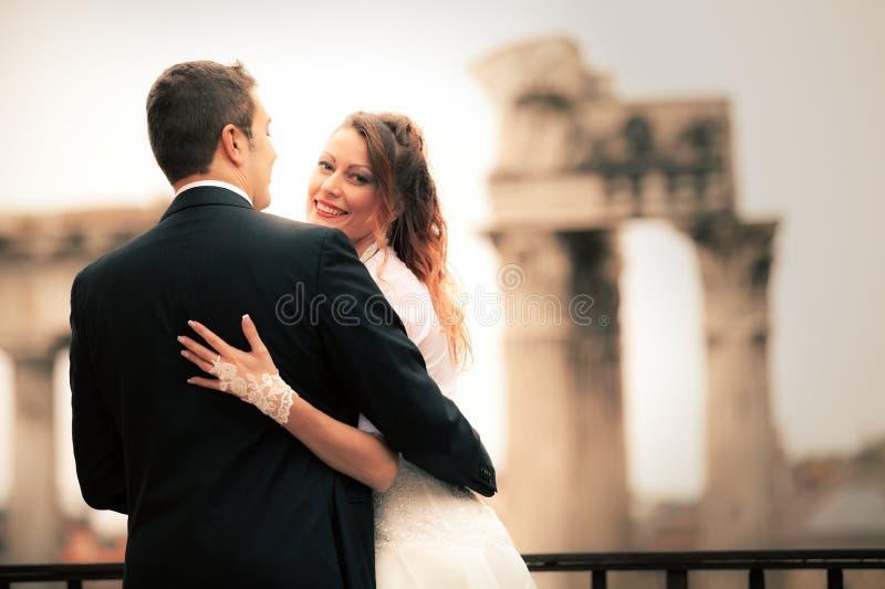 Nouveaux mariés dans la ville antique Ménages mariés heureux Beaux vieux hublots à Rome (Italie) photographie stock libre de droits