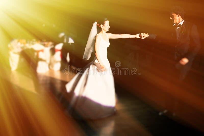 Nouveaux mariés de danse photographie stock