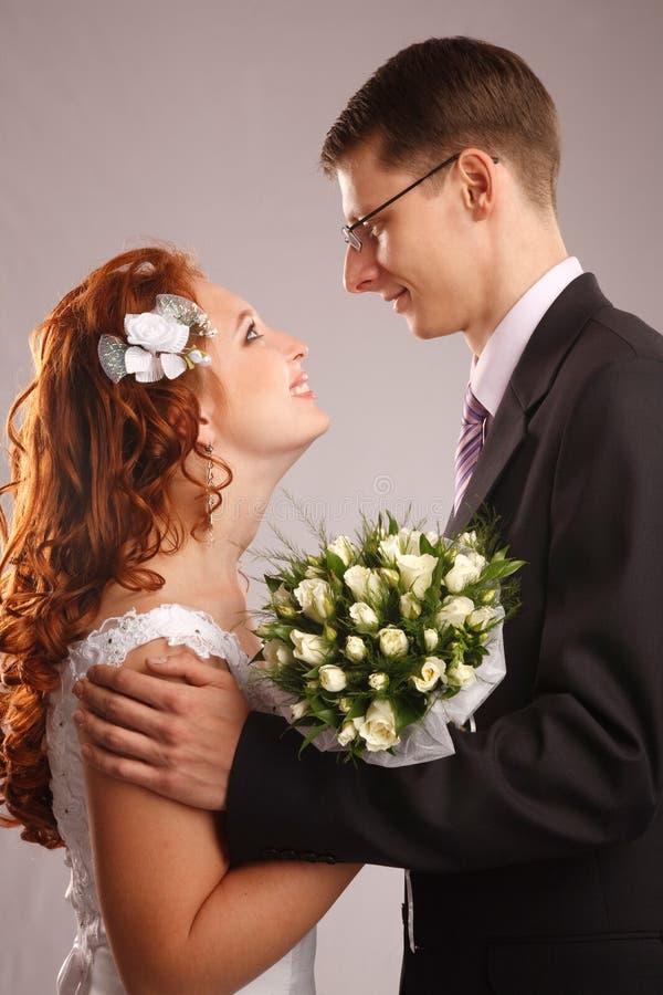 Nouveaux mariés heureux images libres de droits