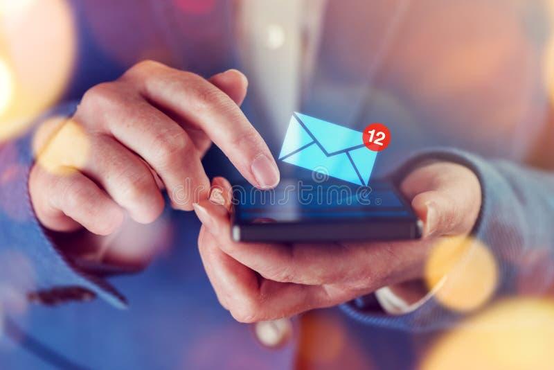 Nouveaux messages au téléphone portable images libres de droits